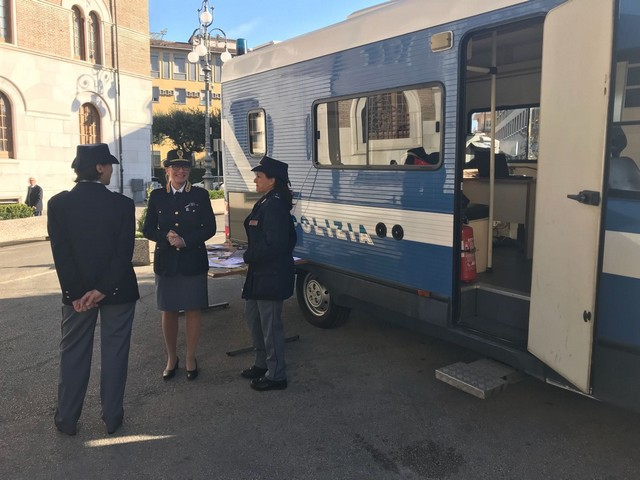 http://www.realtasannita.it/bt_files/newspaperFiles/camperpolizia.jpg