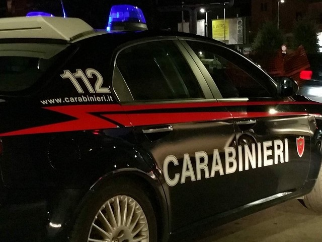 AIROLA - Banda di ladri messa in fuga dai carabinieri. Recuperata auto rubata e arnesi per lo scasso