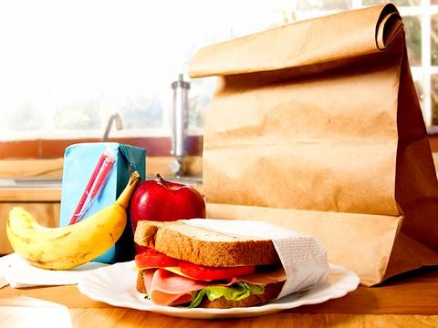 Gli alunni della 'Silvio Pellico' mangiano panini da 25 giorni. Altrabenevento diffida la dirigente scolastica