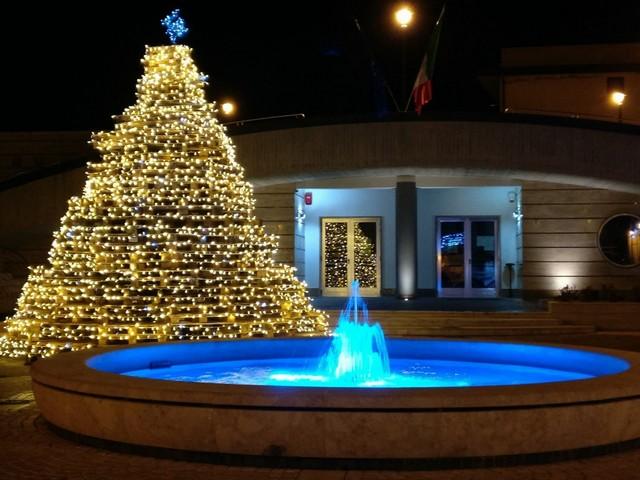PAUPISI - Natale: la Pro Loco illumina il paese con l'albero... del selfie!