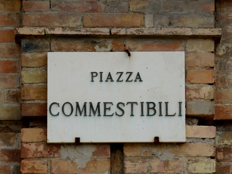 http://www.realtasannita.it/bt_files/newspaperFiles/piazzacommestibili.jpg