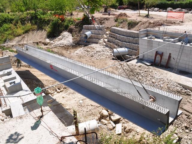 In primo piano messa in opera di tre travi in cemento for Ponte del secondo piano