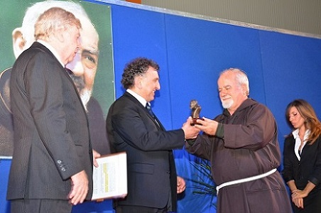 http://www.realtasannita.it/bt_files/newspaperFiles/premiopadrepio2013.jpg