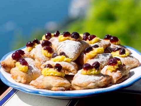 http://www.realtasannita.it/bt_files/newspaperFiles/sfogliatelle.jpg